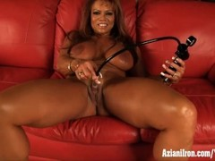 Mature female bodybuilder DD plays with her big clit Thumb