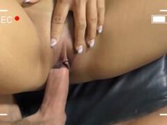 Donna legata e imbavagliata si fa infilare cazzi in bocca con vibratore nella fica che la fa venire  Thumb