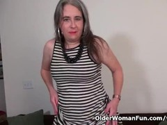 American gilf Kelli starts toying her hairy pussy Thumb