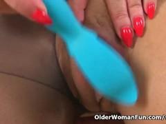 UK milf Nicole DuPapillon pumps her fanny flaps Thumb