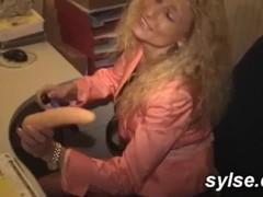 Milfs au bureau, en train avec le puceau , dans le port entre lesbiennes : baise en public Thumb