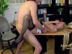 Chef fickt seine Angestellte im Office Thumb