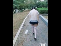 最新知名FSS户外露出网红『雪露儿』公园凉亭学生装脱衣全裸给对面的五位陌生小哥哥看 高清1080P原版无水印 Thumb